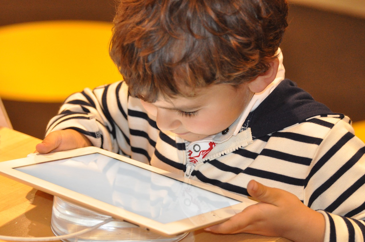 Bambino al tablet - Le Cicogne Blog